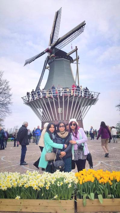 Windmill ေရွ႕က သားအမိ၃ေယာကျ္